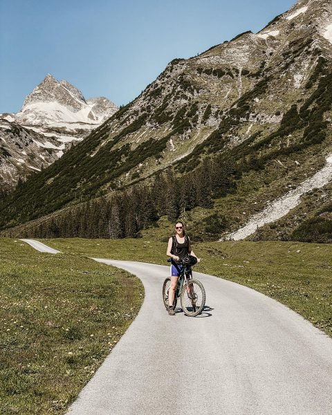 🚵🏻♀️ . . . . . . . #visitvorarlberg #bergfexausösterreich #bergfex #lech #mountaingirl ...