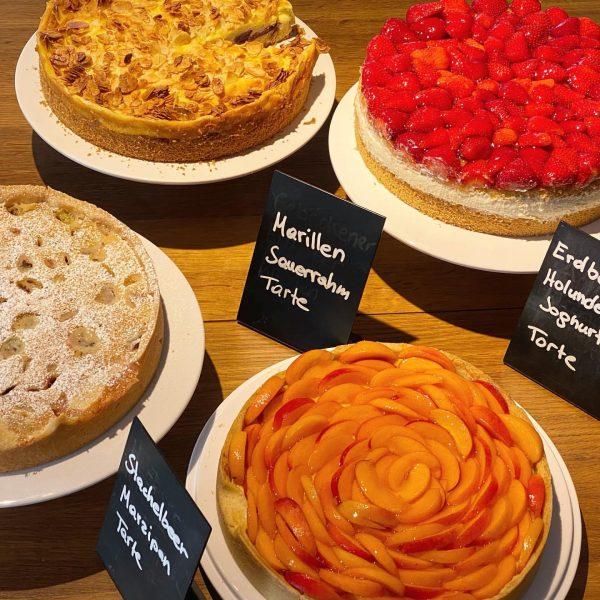 Hausgemachte Kuchen jeden Tag bis 18 Uhr im Café Deli - summer on the table! 🌞#mellau #bregenzerwald...