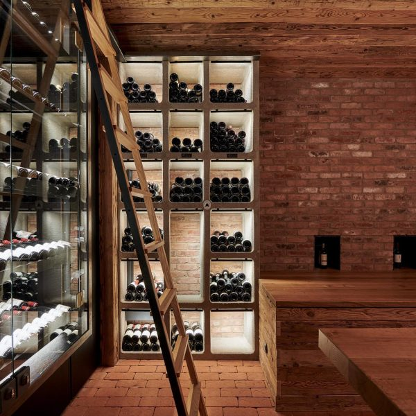 Wein, Wein und nochmals Wein 🍷 . #winelover #travelaustria #lechzuers #burghoteloberlech #winehotel #sommelier ...