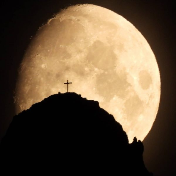 De #maan met het #Gipfelkreuz van de Kleine Widderstein (2233m) in #Mittelberg in ...
