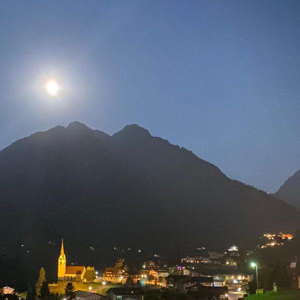 #mond über #hirschegg im #kleinwalsertal #berge #alpen #panorama #dorf #tal #aussicht #österreich #nacht ...