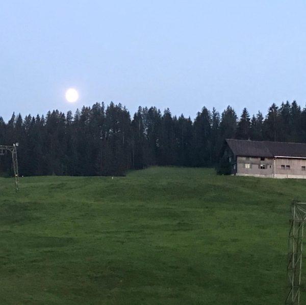 Der Mond geht auf überm Krähenberg und es kühlt hier Gott sei Dank sofort runter von 31...