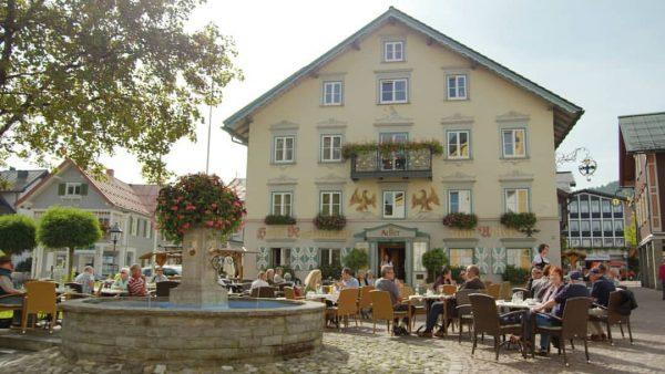 Hotel Adler, Oberstaufen @hotel_adler_oberstaufen Das familiengeführte 4-Sterne-Hotel Adler ist ruhig in der Fußgängerzone im Zentrum von Oberstaufen...