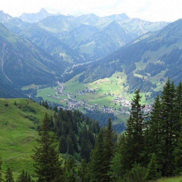 Alpenweerman @daaanvdb was op vakantie in het @kleinwalsertal en ontdekte er een verborgen ...