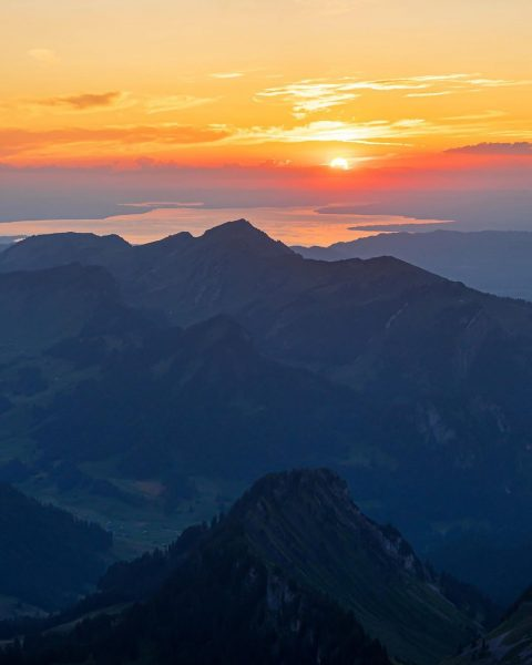 Sonnenuntergang über dem Bodensee ....😊⛰🌄📷 . . . . #sonnenuntergang #auf #dem #berg ...