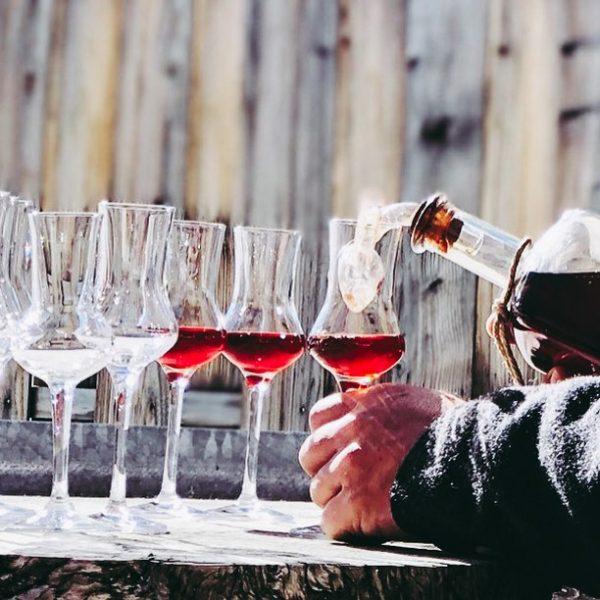 Kleine Belohnung nach der Sonntagswanderung? ☀️ Welchen feinen Tropfen trinken wir da wohl ...