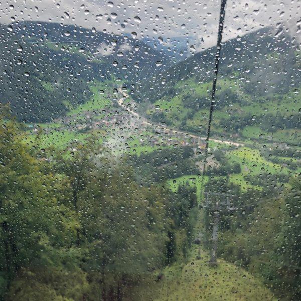Heute ging's, wieder bei Regen, mit der #mellaubahn nach oben. Dort wanderten wir, ...