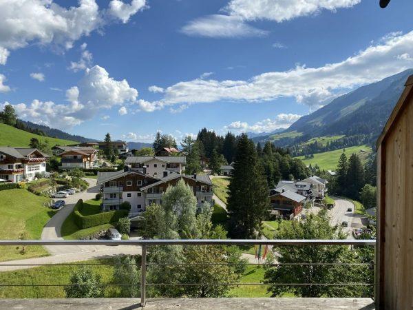 Nicht nur unser Bergblick Richtung Großer Widderstein, auch der Blick vom Balkon gen ...