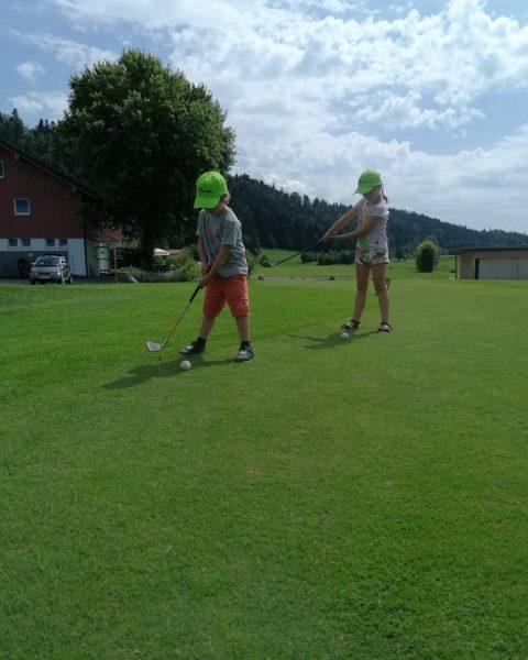 Der Nachwuchs ist fleißig am üben 👍 ⛳ 🏌️ #golfparkbregenzerwald #vorarlberg #bregenzerwald #golfplatz #trainieren #riefensberg #venividivorarlberg #kids...