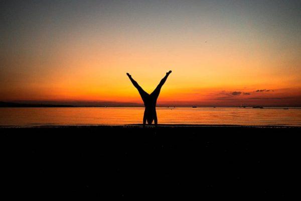 Little sunset handstand session 😊🌅 • • • #venividivorarlberg #lakeofconstance #wehandstand #bodensee #visitvoralberg ...
