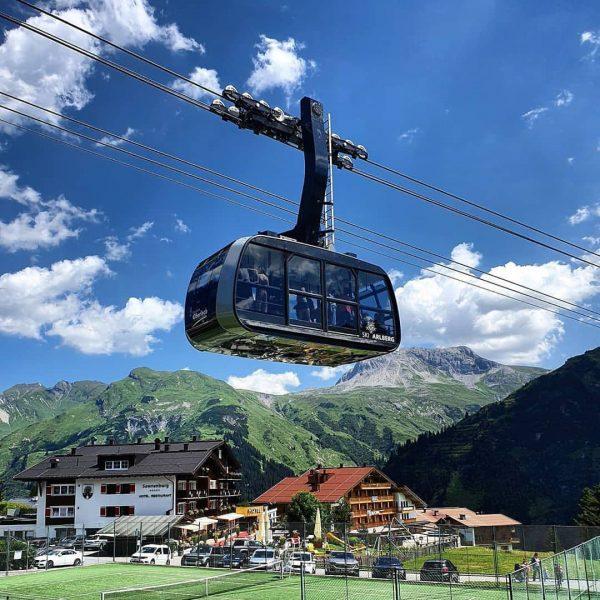 Die 80-AT Bergbahn Lech-Oberlech sieht auf den ersten Blick mit einer Streckenlänge von ...