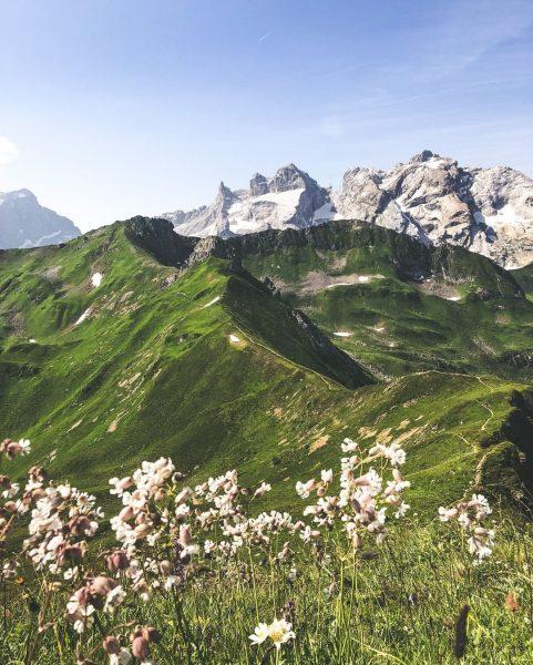 Wir sind verrückt nach Gipfelglück und Du?⛰🤩 #bergemitwow Entlang des Golmer Höhenweges sammelst ...