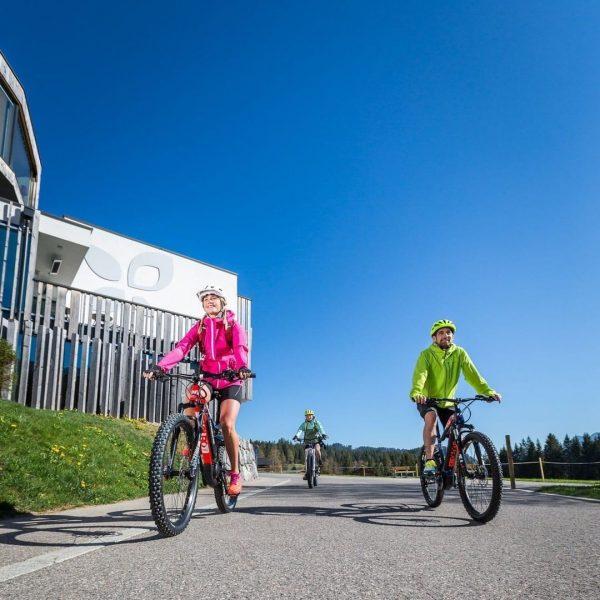 Direkt vom Haus auf's (E-)Bike! 🚴♀️ Wer schon immer einmal eine Proberunde mit E- oder Mountain-Bikes drehen...