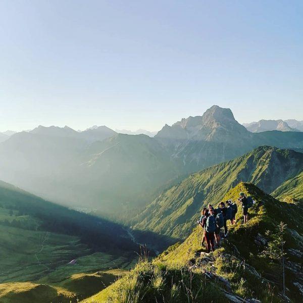 #usziit #WalserSpielziit ... Früher Start in einen Tag mit vielen inspirierenden Frauen im Kleinwalsertal ✌️Sonnenaufgang am Gipfel...