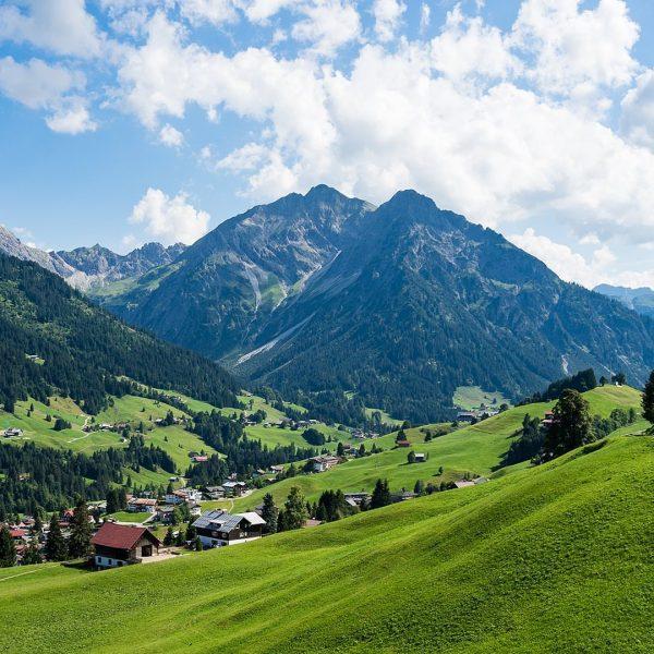 Der Berg ruft! Vor allem Aktivurlauber kommen bei den vielen Wanderungen, anspruchsvollen Klettersteigen und Bike-Touren im Kleinwalsertal...