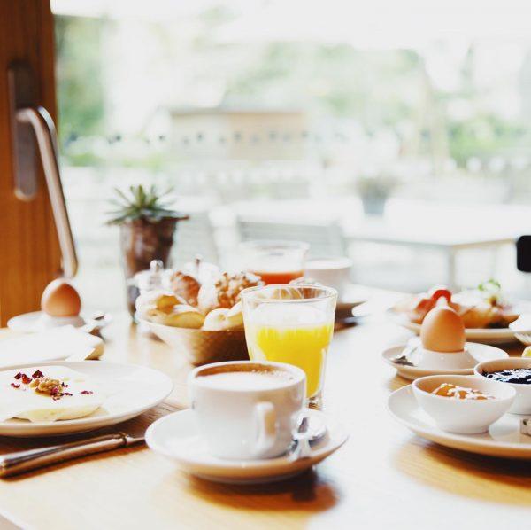 Bei diesem traumhaften Wetter starten wir mit einem genussvollen Frühstück direkt im Garten ...