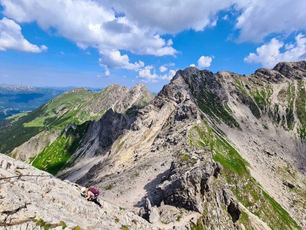 Abstieg bei einer fantastischen Bergsicht #abstieg #kleinwalsertal #mindelheimerklettersteig #klettersteig #austria #mountains #mountainsview #climbing #panorama #wandertag #wanderlust #bergtour...