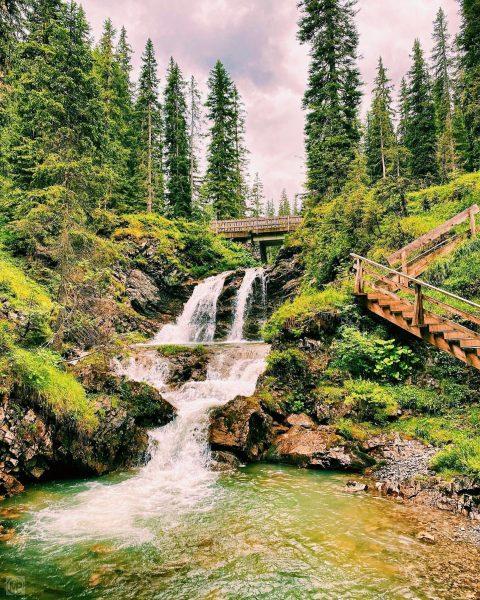 Im Wald da rauscht der Wasserfall, hoerts Rauschen auf, ists Wasser all. … ...