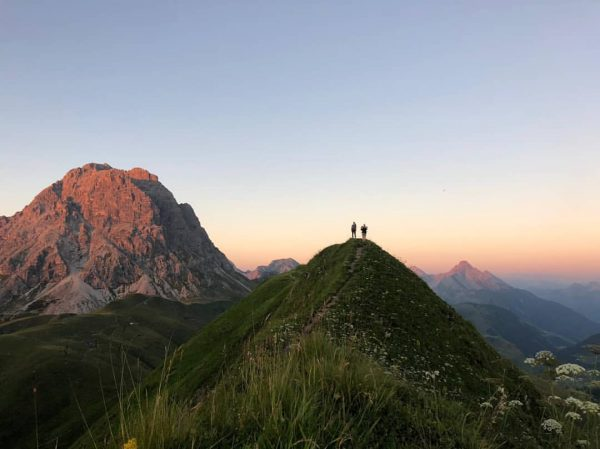 Summer evenings at its best 🌞⛰️💚 . . #soldanellaappartements #mountainlovers #bergliebe #lechzuers #visitvorarlberg #moretimemorespace #bergsommer #naturelover #austrianalps...