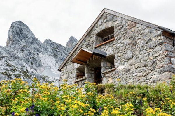 Bevor Du das imposante Schweizer Tor erreichst, zieht diese kleine Zollhütte aus vergangenen ...