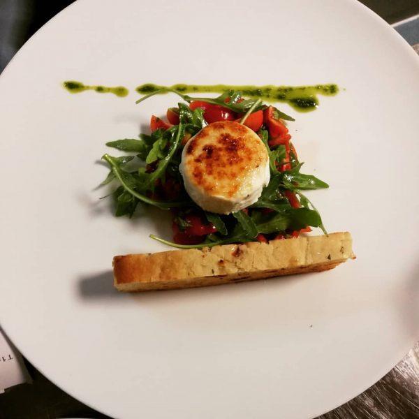 Feinstes Ziegenkäsle, Tomaten-Rucolasalat, Focaccia #kronehittisau #hittisau #bregenzerwald #vorspeise #gourmetrestaurant #haubenküche #leichteküche #foodlover #foodpic ...