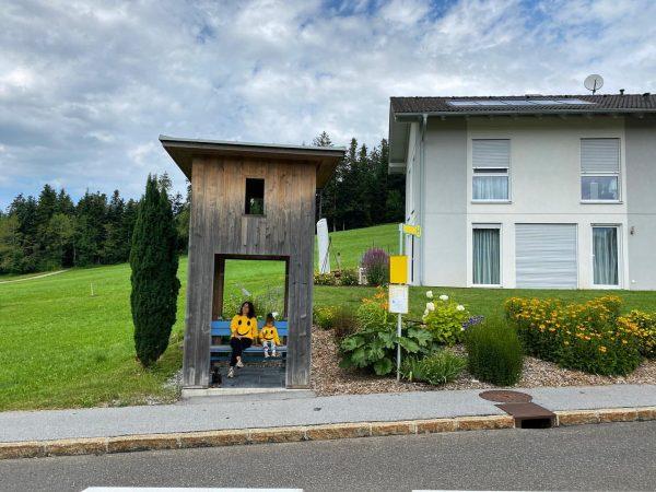 Warten auf den Autobus. Haltestelle Oberkrumbach #busstopkrumbach #bregenzerwald #venividivorarlberg Krumbach, Vorarlberg