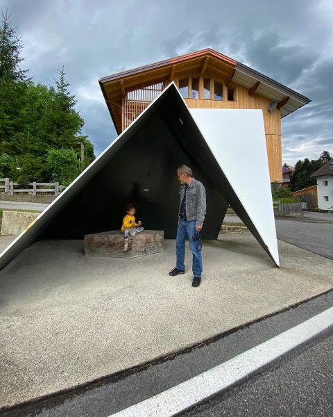 Warten auf den Autobus. Haltestelle Unterkrumbach Süd #busstopkrumbach #bregenzerwald #venividivorarlberg Krumbach, Vorarlberg