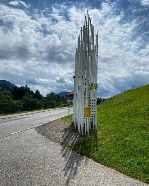 Warten auf den Autobus. Haltestelle Bränden #busstopkrumbach #bregenzerwald #venividivorarlberg Krumbach, Vorarlberg