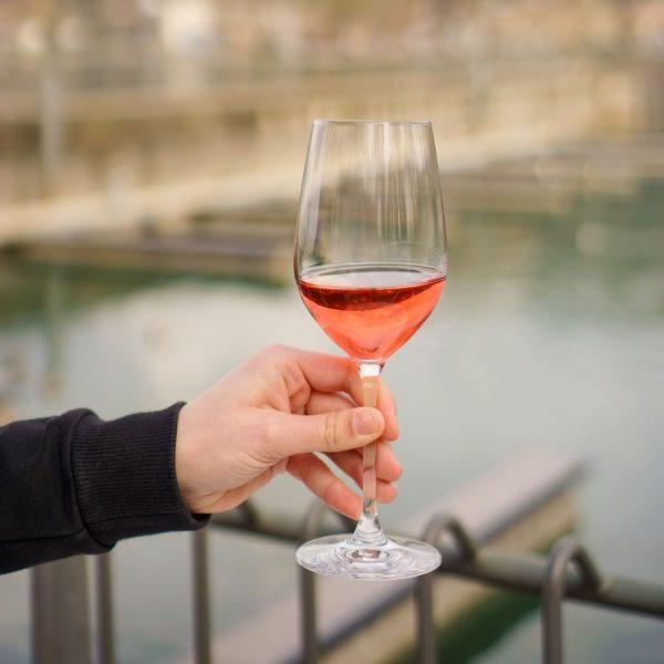 Den Sonnenuntergang bei einem köstlichen Drink genießen. Das bedeutet für uns Genuss. Und für dich? 🍷 #sundowner...