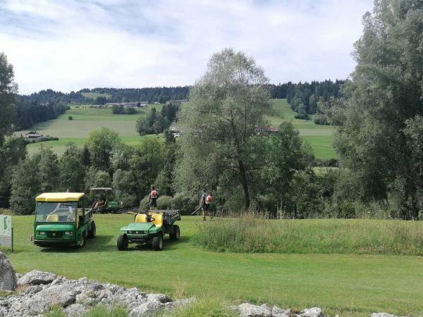Fleißige Greenkeeper ⛳🚜 #golfparkbregenzerwald #vorarlberg #bregenzerwald #golfplatz #greenkeeping #greenkeeper #golf Golfpark Bregenzerwald