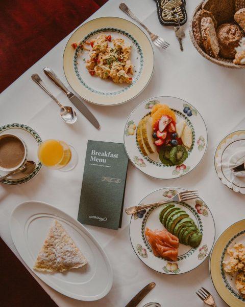 Favorite breakfast scenario 🥐  #hotelbreakfast #goodmorning #Manfred's #ScramblesEgg #HotelArlbergLech #Lech #LechZuers #HotelMorning ...