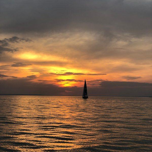 #nofilterneeded #onehand #vorarlberg #bodensee #lakeofconstance #hardambodensee #sundown #sailing #bavaria34cruiser #d_feni #visitvorarlberg #relaxing #mademyday ...