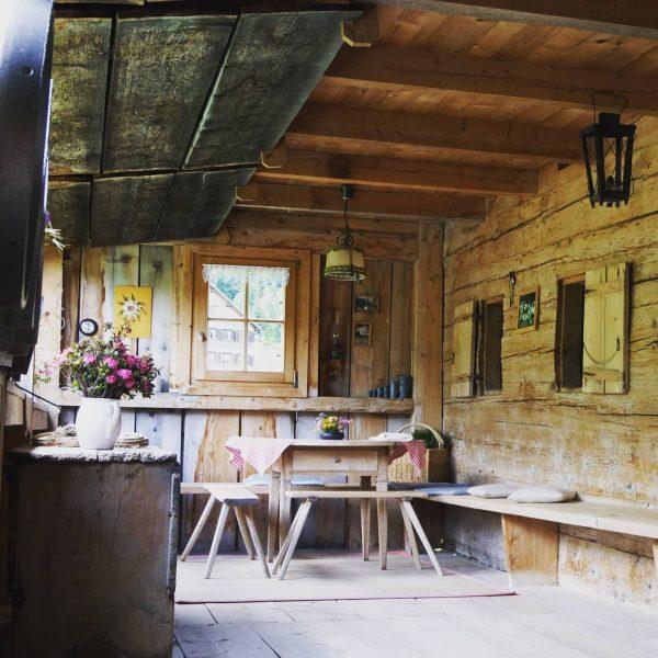 der Schopf Zum typisch bregenzerwälder Baustil gehört der Schopf. Dies ist ein verandaartiger ...