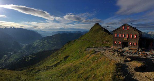 Tolles Hüttenziel mit Kindern, auch zum Übernachten! #wandaverlagtoptouren #wandverlag #wandernmitkindern #bodensee #vorarlberg #montafon ...