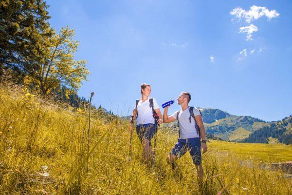 Erfrischung beim Wandern 🏔 🥤 Wie viel Wasser sollte man beim Wandern mitnehmen...? ...