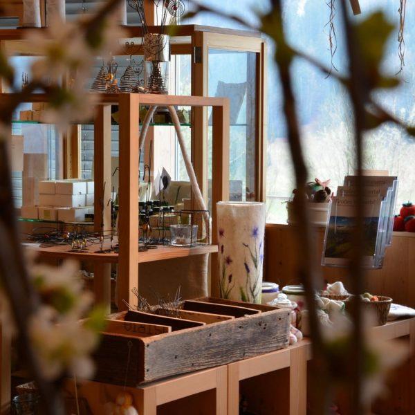 𝐈𝐜𝐡 𝐤𝐚𝐦. 𝐈𝐜𝐡 𝐬𝐚𝐡. 𝐃𝐚𝐬 𝐁𝐢𝐨𝐬𝐩𝐡ä𝐫𝐞𝐧𝐩𝐚𝐫𝐤.𝐡𝐚𝐮𝐬. Das biosphärenpark.haus mit Biosphärenparkladen, in dem zahlreiche Produkte aus dem Biosphärenpark...