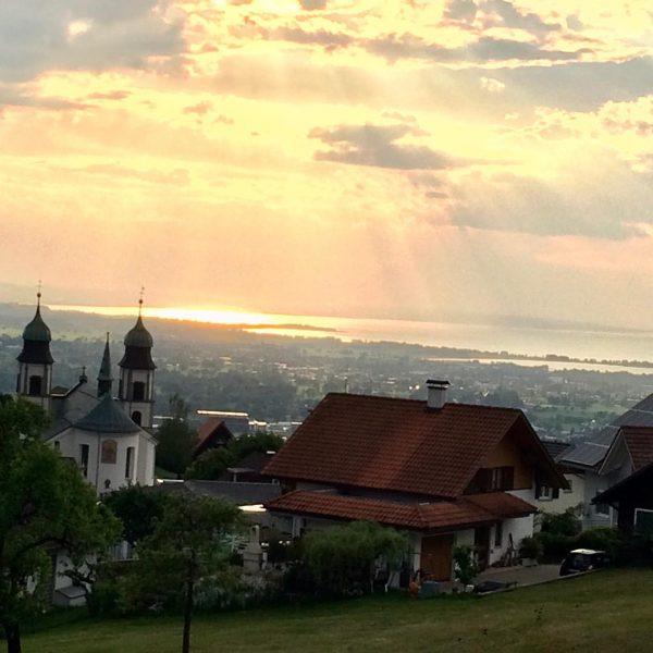 Abendstimmung in Bildstein/Vorarlberg. Blick auf den Bodensee #visitvorarlberg #bodensee #bodenseeregion #bodenseevorarlberg #bodensee #vorarlbergphotography ...