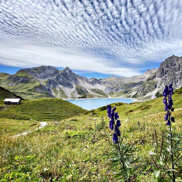 Nicht umsonst ist der Lünersee der schönste Fleck Österreichs. #wulfeniamontafon #meinmontafon #gargellen #bergdorf #lünersee #herbst #wanderlust #berge...