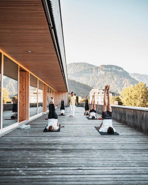 FAQ Tag 5: Auch heute sind wir sonnig und tiefenentspannt mit Yogameister Marcus Felsner in den Tag...