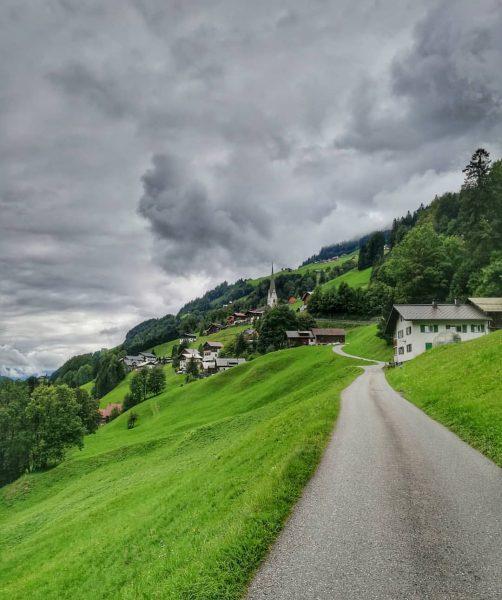 ⛰️ . . . #grosseswalsertal #vorarlberg #österreich #austria #weg #way #town #mountainlifestyle #austrianlifestyle #travelphotography #summertime #landscape Großes...