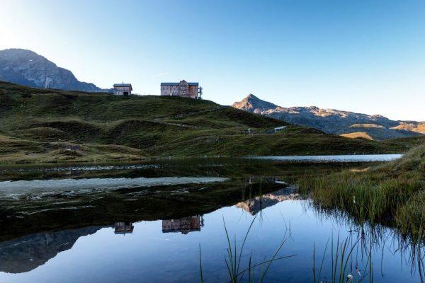 Na, hast Du gleich erkannt welche Hütte sich hier im glasklaren Bergsee spiegelt? ...