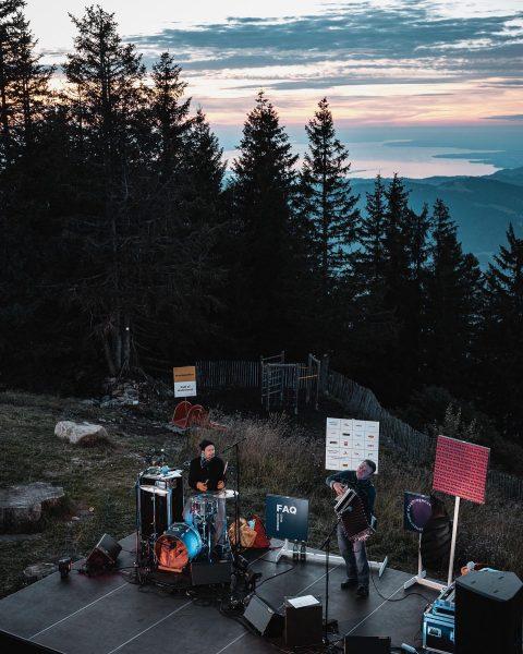 FAQ Tag 4: Attwenger Konzert bei Abendrot auf 1630m Höhe - nur beim FAQ Bregenzerwald. ✨ Foto:...