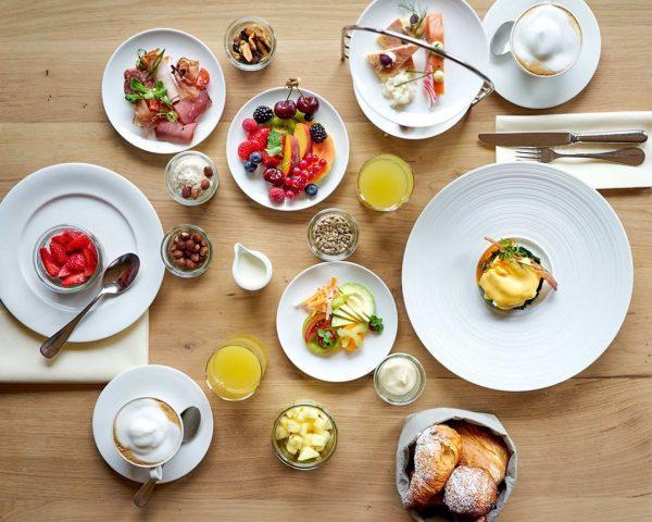 Happy Sunday! 🍳🥐🍓 Wer würde jetzt auch gerne bei uns am Frühstückstisch sitzen ...