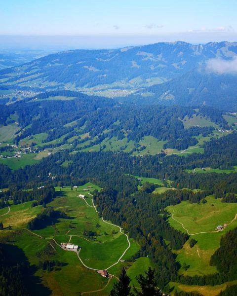 Blick vom Panoramaweg Niedere Richtung Hochhäderich. Leider etwas trübe Aussicht heute. #niedere #andelsbuch ...