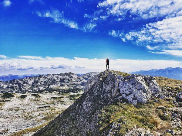 ...und irgendwann berühre ich den Himmel. 🤙 #hoherifen #kleinwalsertal #gottesacker #gottesackerplateau #hiking #hikinggirl ...