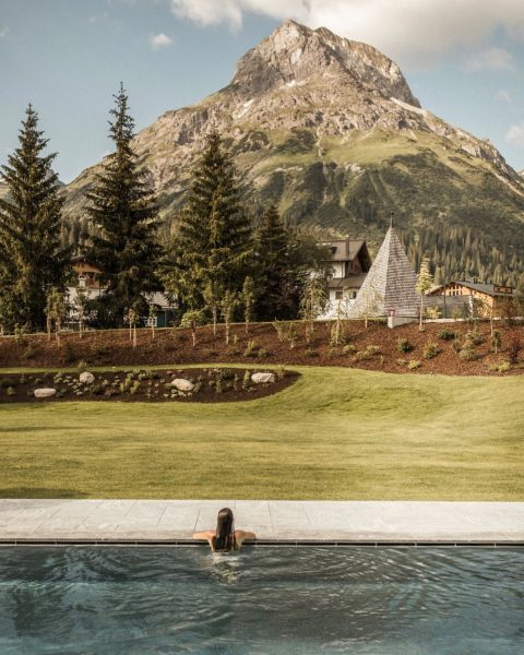 Stunning views included ⛰ #PanoramaPool #OutdoorPool #Omeshorn #SpaPool #HotelPool #Lech #LechZuers #Spa #Wellness #HotelArlbergLech #HotelSpa #HotelWellness #MorningSwim...