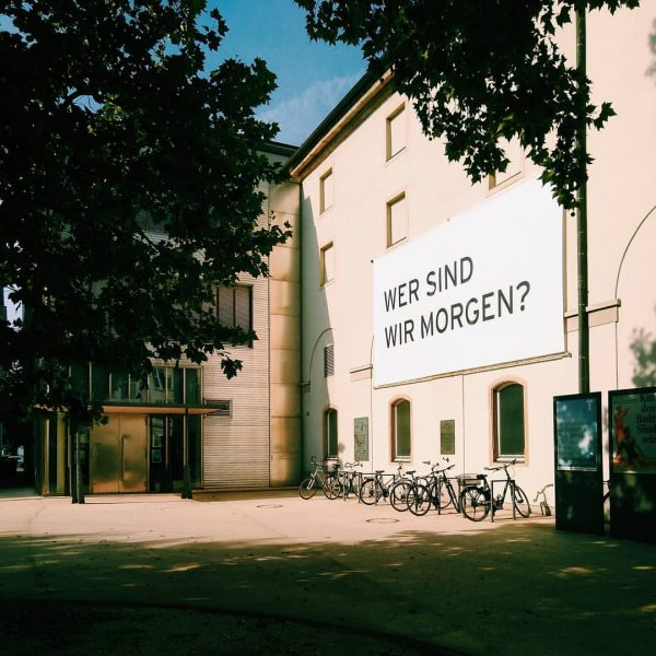 tell me. #art #kunst #kunsthausbregenz #theater #vorarlbergerlandestheater #kornmarktplatz #bregenz #visitbregenz #youngartgeneration Vorarlberger Landestheater