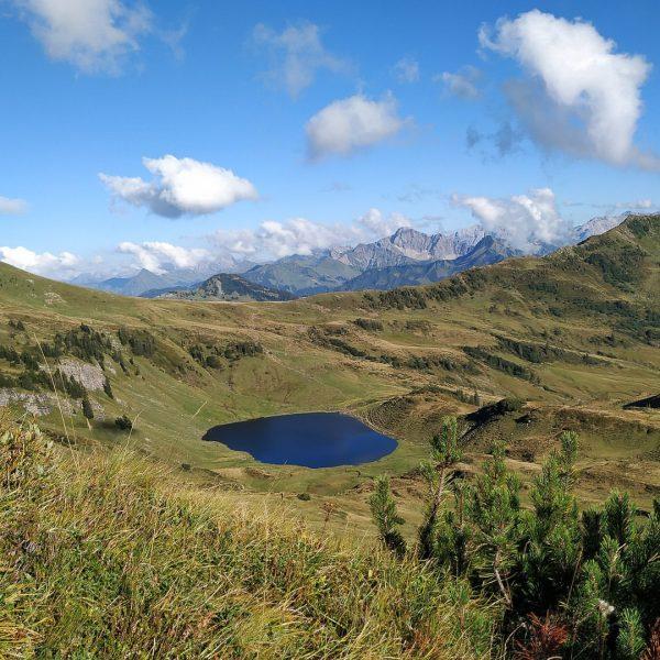 Wandern im Bregenzerwald... ...Blick auf den Sünser See (1810 m) #sünsersee #damüls #bregenzerwald ...
