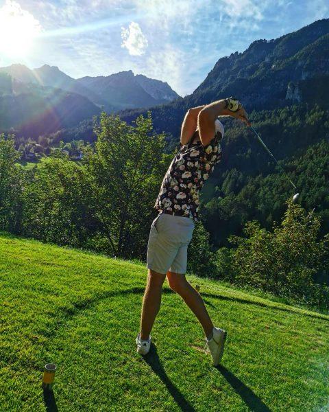 Nicht gerade aus dem Lehrbuch, aber fast schon Yoga🤣🤷🏼♂️🏌️♂️🏔 @bigmax.golf @alpingolfbrand @hirzlgolfgermany #golf ...