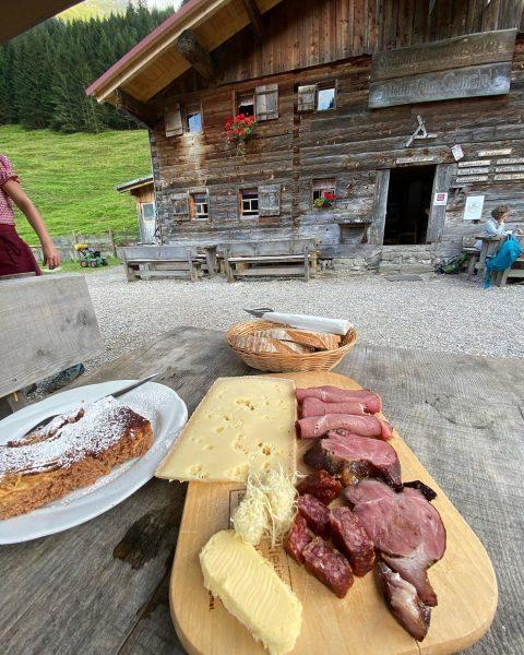 Genuss gibt's auch auf ner Hütte. Mit einer Brotzeit wie hier im Gemsteltal #wandern #brotzeit #kleinwalsertal #mittelberg...